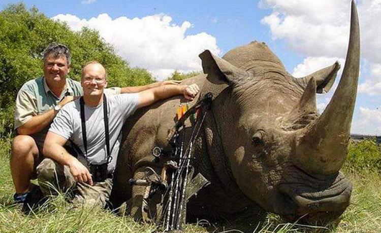 Le Dr. Walter Palmer après avoir tué un rhinocéros en Afrique. Source: Trophy Hunt America